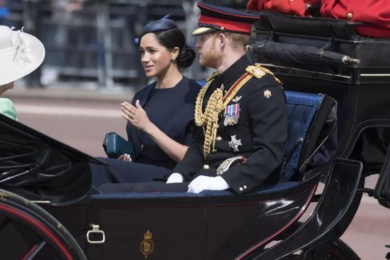 ▲资料图片:2019年6月8日,在英国伦敦,英国哈里王子与妻子梅根乘马车离开白金汉宫。(新华社发)