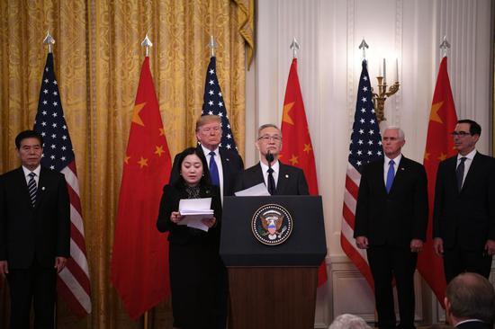 ↑ 1月15日,刘鹤出席在美国首都华盛顿白宫东厅举行的中美第一阶段经贸协议签署仪式。新华社记者 刘杰 摄