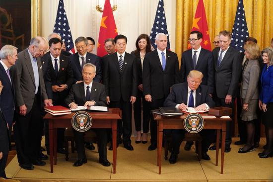 ↑ 1月15日,刘鹤与特朗普在美国首都华盛顿白宫东厅共同签署协议文本。新华社记者 王迎 摄