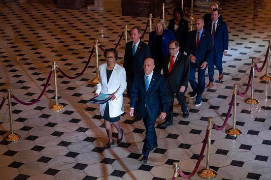 弹劾管理人前往参议院(图片来源:CNN)