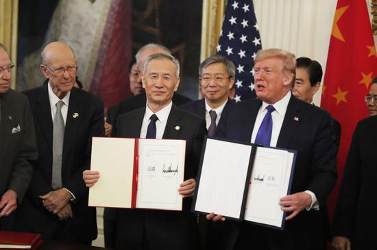↑ 1月15日,刘鹤与特朗普在华盛顿白宫东厅展示协议文本。新华社记者 李木子 摄