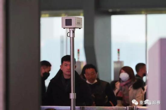 ▲ 1月21日,武汉火车站进站闸机处,立有红外测温仪,据工作人员介绍,这个仪器全站共分布有16个。摄影/新京报记者 游天燚