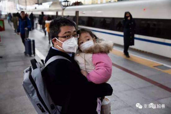 ▲ 1月21日,站台上的旅客。摄影/新京报记者 李凯祥