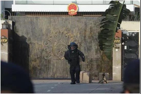 侠客岛:前几天 中国领事馆前出现了3个神秘包裹图片