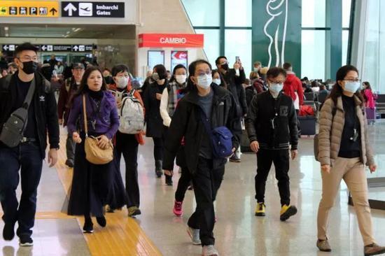 △1 月 31 日,因航班取消而滞留在罗马附近的达芬奇机场(Leonardo da Vinci Airport)的中国游客。图片来源 | The Straits Times