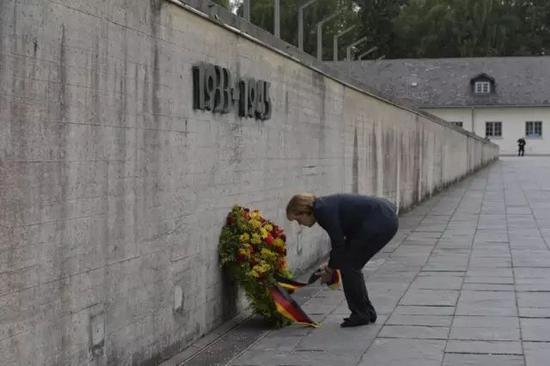 2013年8月,德国总理默克尔造访达豪纳粹集中营并敬献花圈