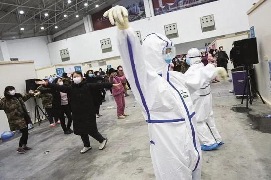 2020年2月10日,在武汉客堂方舱医院,医护职员率领患者们跳舞。图/新华