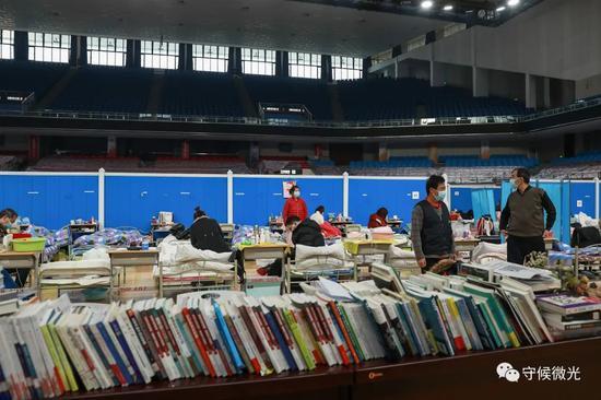 2月21日,武汉市洪山体育馆方舱医院A区内,摆放着社会公益组织捐赠的书籍。中青报·中青网见习记者 鲁冲/摄