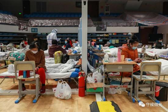 2月21日,武汉市洪山体育馆方舱医院A区内,挡板将病区分成了若干个小区域。中青报·中青网见习记者 鲁冲/摄
