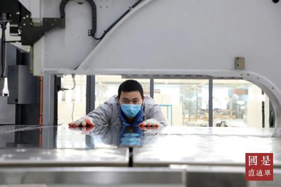 (资料图)2020年2月23日,在山东省滨州市博兴县兴福镇一家厨具企业,工人正在生产车间忙碌。中新社记者陈彬 摄