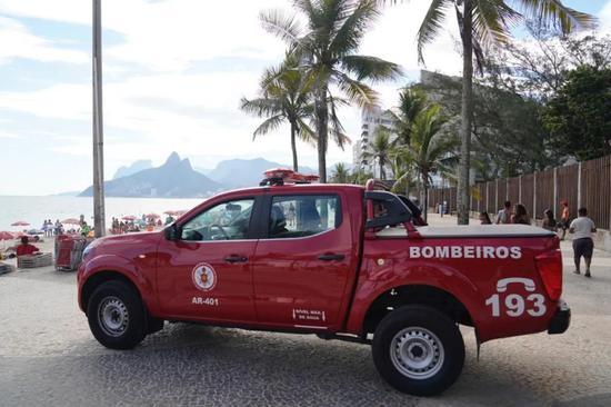 3月16日一早,在海滩上巡逻的消防车。里约州消防局供图