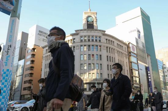 3月6日,在日本東京銀座,行人戴口罩出行
