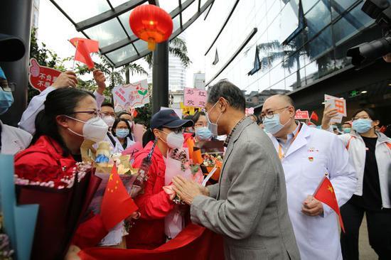 """""""见到偶像好激动!""""钟南山带队迎接90后护士等5人图片"""
