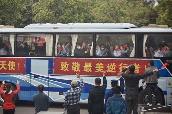 【蓝冠】疗队今日陆续离鄂武汉市民为抗蓝冠疫英图片