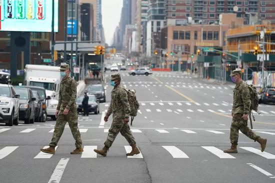 美国国民警卫队成员戴口罩走在街头(法新社)