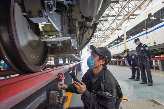 4月6日,武汉动车段技术人员在对动车进行全面检修保养。(湖北日报全媒记者 陈勇 通讯员 赵军 摄 )