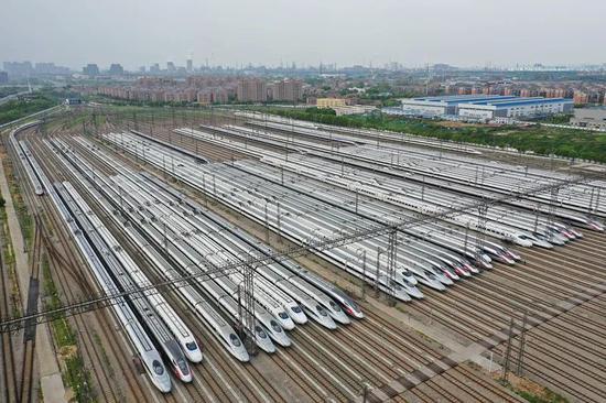 4月6日,武汉动车段高铁动车组静待重启。(湖北日报全媒记者 陈勇 通讯员 赵军 摄 )