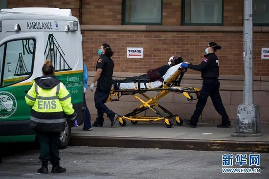 ▲4月19日,在美国纽约一家医院,医护人员运送病人。新华社发(郭克 摄)