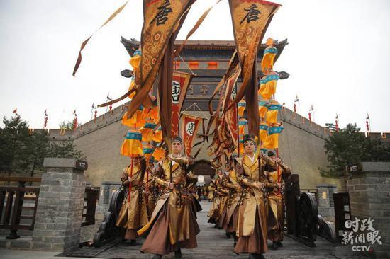 △2015年5月14日,古城楼永宁门外,盛唐军人和宫女正在排队迎宾。