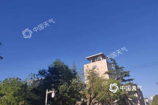 今晨北京天空湛蓝,万里无云。