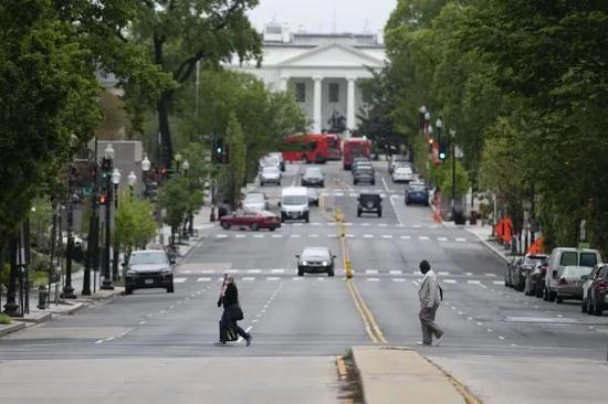 ▲4月24日,在美国都城华盛顿,白宫四周的门路上行人稀疏。(新华社)