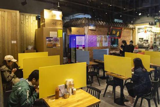 香港餐厅安装隔离屏障,确保社交距离。(图源:Getty)