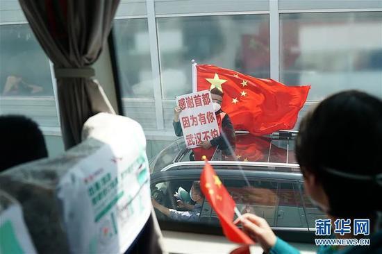 ▲4月15日,武汉市民自觉上街送别北京协和医院国家援鄂抗疫医疗队。新华社记者 熊琦 摄