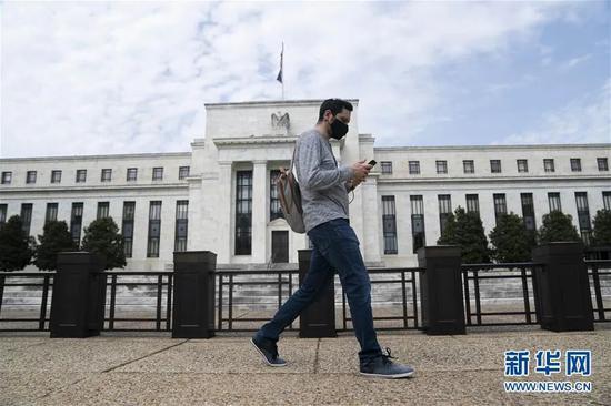 ▲4月29日,在美国华盛顿,一名戴口罩的夫君从美国联邦贮备委员会大楼前走过。新华社记者 刘杰 摄
