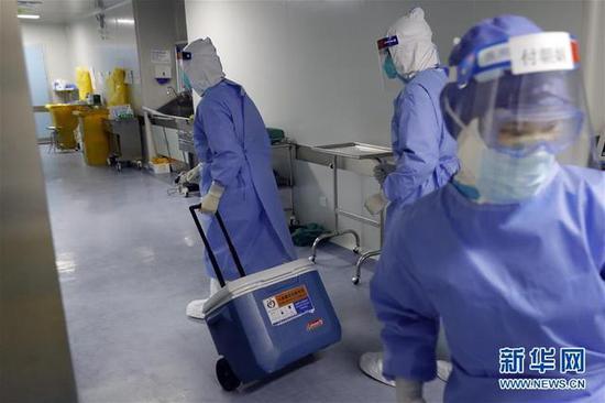 4月24日,来自山东的供肺顺遂抵达武汉协和医院西院区,手术室的护士将转运箱消毒后举行术前预备。(泉源:新华网)