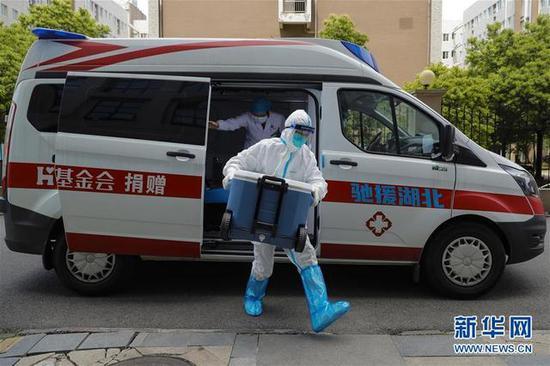 4月24日,武汉协和医院心外科大夫卢雄豪(前)输送来自山东的供肺抵达武汉协和医院西院区。(泉源:新华网)
