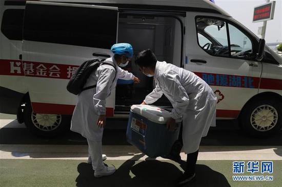 4月24日,武汉协和医院心外科大夫卢雄豪(右)输送来自山东的供肺抵达武汉天河机场,并将其搬上救护车预备运往武汉协和医院西院区。4月23日,肺移植评估组决议由24日的中国国际航空公司CA8238次航班将供肺运至武汉,但疫情时代该航班作废,面对供肺无法转运的难题。移植团队与中国国际航空公司取得接洽见告这一情形后,该公司紧要启动绿色通道,从新开通此航班,终于在4月24日12时20分将供肺平安运抵武汉天河机场。(泉源:新华网)