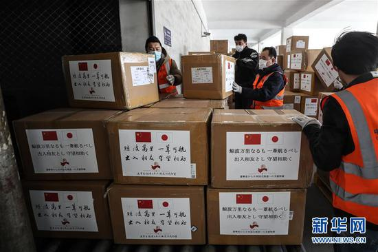 3月15日,辽宁省向日本和韩国捐赠的防疫物资划分搭乘两架中国南边航空的航班运往两国,这是事情职员将完身分类的捐赠物资入库。 新华社记者 潘昱龙 摄