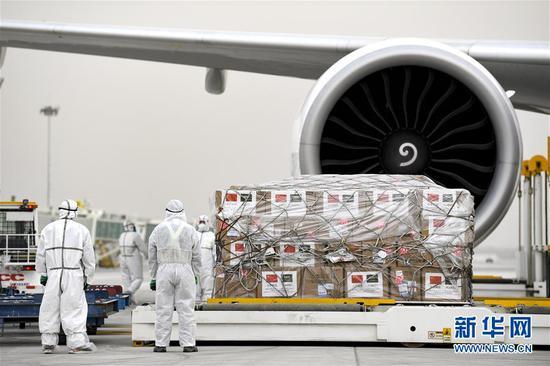 4月15日,中国赴沙特阿拉伯抗疫医疗专家组从宁夏银川起程,这是事情职员在装运救济沙特阿拉伯的医疗物资。 新华社记者 冯开华 摄