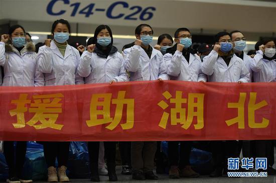2月7日,在南昌昌北机场,江西省增援湖北医疗队成员在出发前宣誓。医疗队从南昌出发奔赴湖北随州开展疫情防控和救治事情。 新华社发(王琪 摄)
