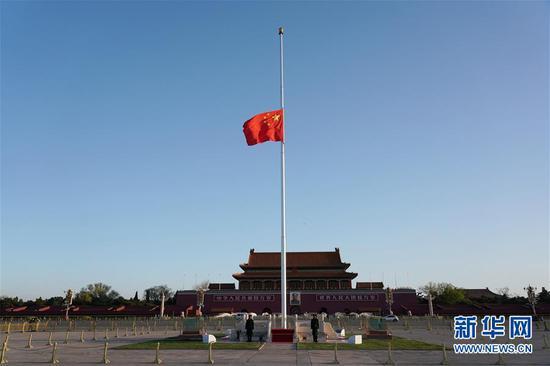 4月4日,北京天安门广场下半旗,表达匹敌击新冠肺炎疫情斗争捐躯义士和逝世同胞的深切悼念。 新华社记者 鞠焕宗 摄