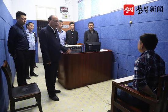 涟水县副县长、公安局长朱国海亲自审讯嫌犯。