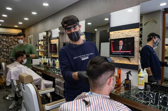 5月11日,土耳其伊斯坦布尔一家理发店恢复营业。新华社发(亚辛·阿克居尔摄)