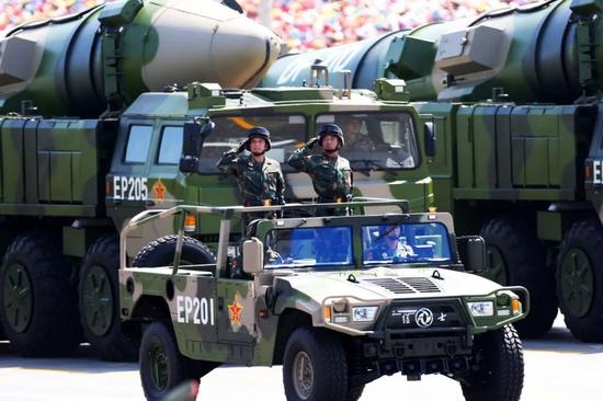 2015年9月3日,常规导弹第二方队接受检阅。图源:新华社