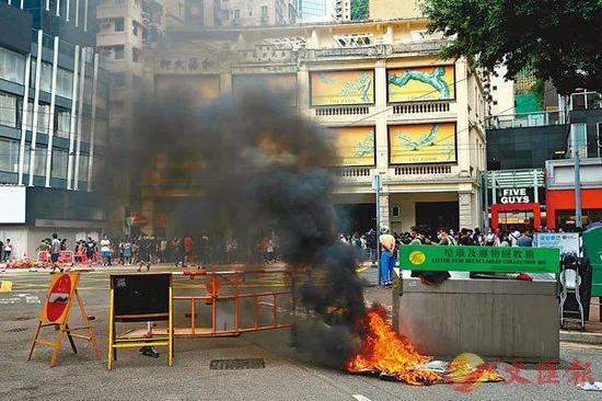 暴徒在街头纵火。图源:文汇报