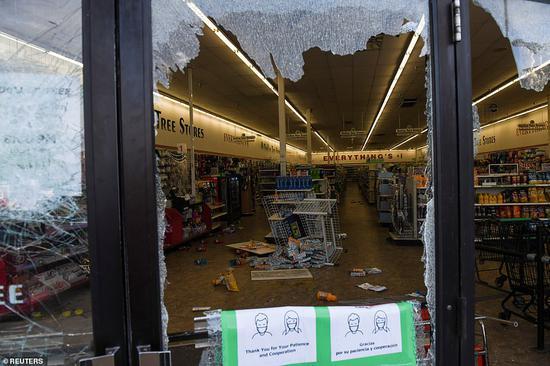 27日,明尼亚波利斯一家超市被打砸哄抢(路透社)