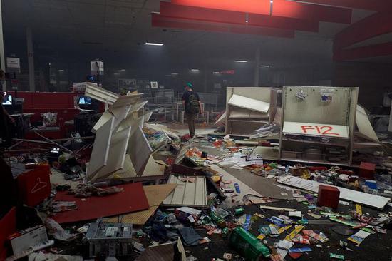 27日,明尼亚波利斯一家百货商店被洗劫(路透社)