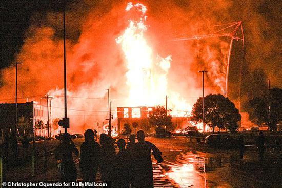 27日晚,示威者在明尼亚波利斯市纵火(《每日邮报》)