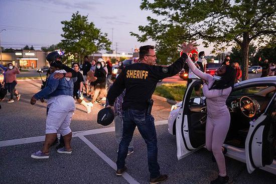 美国一警长放下警棍加入示威者:我想让这变成游行