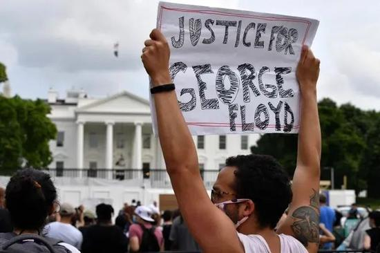 当地时间5月29日,示威者聚集在白宫外。