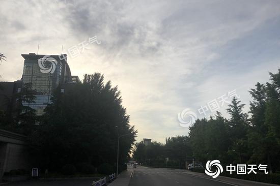 """今晨,北京阳光""""露脸"""",体感微凉。(图/江漪)"""