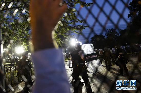 ▲6月2日,在美国华盛顿,警察在白宫前与示威者对峙。新华社发(沈霆 摄)