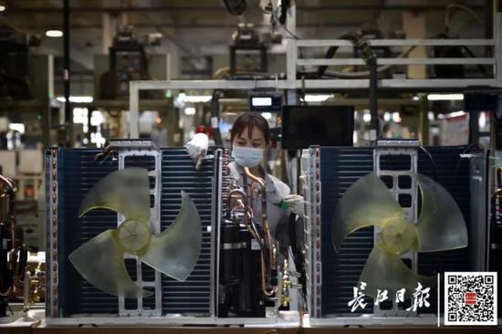 5月8日下昼,武汉格力总装车间,工人们正在繁忙。 长江日报记者郭良朔 摄