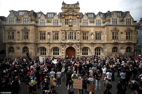 抗议者聚集在牛津奥里尔学院外的塞西尔·罗兹雕像前,要求拆除雕像。(图源:路透社)