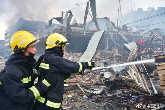 台州温岭一槽罐车爆炸,34辆消防车138名指战员现场处置图片