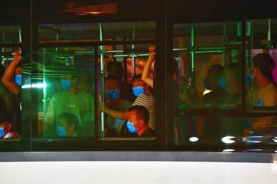 北京新发地连夜转移市场内人员(图)图片